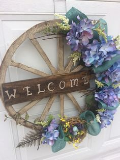Easter Wreaths, Fall Wreaths, Wreath Crafts, Flower Crafts, Wagon Wheel Decor, Diy Spring Wreath, Country Crafts, Deco Mesh Wreaths, Tree Toppers