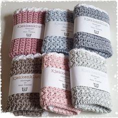 En liten bunke kjøkkenkluter klare for salg. #hekle #hekling #hekledilla #heklingergøy #hekl #virkat #virka #pyssel #pyssla #madebyme #crochet #crocheting #crochetaddict #crochetlove #dishcloth #kjøkkenklut #ptpetunia #ptgarn #håndarbeid #hjemmelaget #homemade #tilsalgs #pastels #pasteller #diy #followme #instalike #creative #creativity