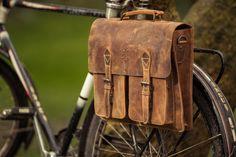 """Entweder eine schicke Bürotasche ODER eine Fahrradtasche? Mit """"Marc"""" musst du dich nicht mehr entscheiden, denn dieser Begleiter vereint durch sein KLICKfix-System die besten Eigenschaften. """"Marc"""" kommt im tollen Retro-look und gibt deinem Style das gewisse etwas. Mit dem einfachen KLICKfix-System kann man die Tasche schnell an und abnehmen und die Tasche als Umhängetasche nutzen. - Ledertasche - Echtleder - Gusti Leder - 2B25-20-5wp+"""