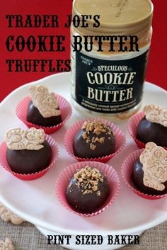 Pint Sized Baker: Trader Joe's Cookie Butter Truffles I'm going to try these with the Speculoos Cookies from Belgium instead since that is what is in cookie butter. Köstliche Desserts, Holiday Desserts, Holiday Baking, Dessert Recipes, Breakfast Recipes, Speculoos Cookie Butter, Butter Cookies Recipe, Truffle Butter, Truffle Recipe