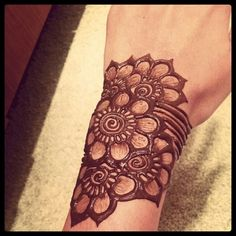 Like the overlapping flower element. Could be used over an entire belly. Unusual because little to no negative space.