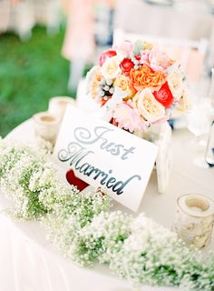 How should I make the sweetheart table centerpiece for the wedding reception? | Photo: Mandy Mayberry Photography