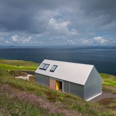 Self-built Tinhouse is a contemporary take on Isle of Skye vernacular design (Environment – Inhabitat – Green Design, Innovation, Architecture, Green Building) Modern Barn House, Modern Cottage, Residential Architecture, Modern Architecture, British Architecture, Farmhouse Architecture, Architecture Interiors, Green Design, Haus Am See