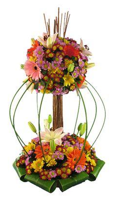 Elegante arreglo floral con variedad de flores tropicales en forma de arbolito…