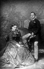 Lord Randolph Churchill (1849-1895) junto a su madre, Anne Spencer-Churchill (1822-1899), miembro de la nobleza anglo irlandesa, tuvo 11 hijos. (Public Domain) #miercolesretratos #EnciclopediaLibre