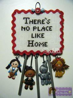 """Acchiappasogni a tema """"Il Mago di Oz"""" con il pannello ricamato a punto croce e confezionato con la tecnica del cartonnage, e bamboline in fimo lavorate interamente a mano."""