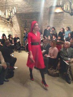 Petit chaperon rouge sous sa capuche au défilé @OlympiaLeTan // tellement francaise