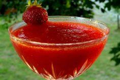 Μεθάω και με το άρωμα: φρέσκο λικέρ φράουλα | Κουζίνα | Bostanistas.gr Sweet Words, Alcoholic Drinks, Sweet Home, Tableware, Desserts, Recipes, Food, Candy Sayings, Tailgate Desserts