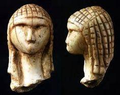 Dame de Brassempouy  Gravettien v.23000 av.J-C défense de mammouth. La tête de cette vénus devait être celle d'une statuette. L'exquise précision des détails du visage et des cheveux (ou de la coiffe) est unique dans l'art paléolithique. Il pourrait s'agir d'un véritable portrait.