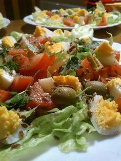 Bardzo prosty przepis na szybką sałatkę warzywną. Idealna przekąska lub dodatek do dania głównego. :-) Składniki na dwie porcje: 3 jaja 4 liście sałat...
