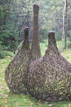 Anne Mette Hvidaa Hjornholm Oh how I wish she had saved all the grape vines for methis is glorious! Land Art, Twig Art, Willow Weaving, Weaving Art, Garden Structures, Outdoor Art, Environmental Art, Garden Art, Garden Design