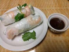 Goi Cuon Tom. Fresh springs rolls with vermicelli noodles, lettuce, cucumbers, basil, and shrimp.
