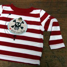 Triko pruhaté s aplikací 6-9 měsíců - kvalitní RECY dětské tričko - 100% bavlna -základní barva proužek červenobílý, dlouhý rukávek - ručně malované - zepředu tyrkysovou nití našitá bavlněná textilní aplikace podložená vlizelínem, po vyprání se krásně otřepí. Ruční malba. Další vychytávkou je dřevěný knoflíček se starým auťákem. - ihned ...