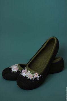 """Купить или заказать """"Цветение"""" тапочки балетки валяные в интернет магазине на Ярмарке Мастеров. С доставкой по России и СНГ. Срок изготовления: До 5дней. Материалы: меринос 100%. Размер: 38р Wool Shoes, Felt Shoes, Wet Felting, Needle Felting, Felted Slippers, Slipper Boots, How To Make Shoes, Ciabatta, Felt Art"""