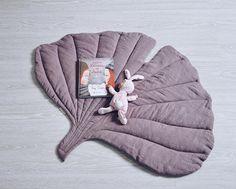 Tapis élégant en style naturel sous la forme d'une feuille. Il peut servir comme une couverture pour un enfant ou être utilisé comme un tapis de chevet dans sa chambre. Pour les jeux actifs et tranquillité paresseuse, pour les beaux cadres et n'importe quoi. Couleur : vieux rose