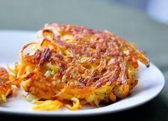 Οι πιο τραγανές πατατο-τηγανίτες που φάγατε ποτέ!!! Υλικά: 1 μικρό κρεμμύδι, καθαρισμένο και κομμένο στη μέση 2 μεγάλες πατάτες, καθαρισμένες 1 αυγό, ελαφρώς χτυπημένο αλάτι και πιπέρι κατά βούληση 1/3 φλ.τσ. καλαμποκέλαιο 3 κ.σ. βούτυρο Εκτέλεση: Greek Recipes, Desert Recipes, Cookbook Recipes, Cooking Recipes, Greek Cooking, Potato Pancakes, Finger Foods, Lasagna, Macaroni And Cheese
