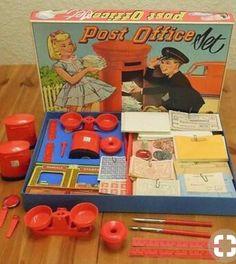 Havde en æske der minder om denne bare med et dansk posthus. Der var frimærker, kuverter, postkvitteringer mv.