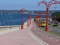 El Paseo Marítimo de A Coruña, el más largo de Europa con más de 13 kilómetros recorre desde el Castillo de San Antón hasta el Portiño, envolviendo la ciudad. Tiene carril bici, tranvía, carretera y calzada peatonal.