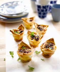 Tästä ei aamiaismuffinit parene! Paahtoleivästä tehdyt kupit saavat syliinsä rapeaksi paahdettua pekonia, paistettuja herkkusieniä ja kananmunaa.