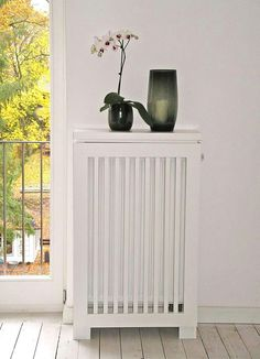 Radiator paneling, large window with half grid. - New Deko Sites Decor, Home Radiators, Large Windows, Home Decor, Living Room Interior, Home Renovation, Wood Cover, Interior Design, Paneling