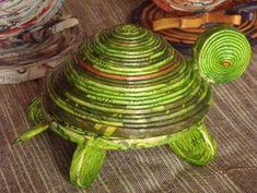 Animali di terra - Benvenuti su paolacarta reinventata! Recycled Magazine Crafts, Recycled Paper Crafts, Paper Crafts Magazine, Newspaper Crafts, Easy Paper Crafts, Newspaper Basket, Cardboard Crafts, Rolled Paper Art, Paper Weaving