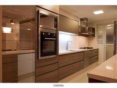 cozinha com fecho toque; cozinha com cava; cozinha com puxador cava Kitchen Cabinets Decor, Kitchen Dinning, Kitchen Sets, Home Decor Kitchen, Kitchen Interior, Kitchen Modular, Industrial Kitchen Design, Dinner Room, Built In Ovens