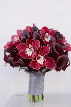 Blog OMG - I'm Engaged! - Buquê de flores romântico, na cor marsala.  Romantic Wedding bouquet.