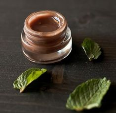 DIY mint chocolate lip gloss via Food + Words Homemade Skin Care, Homemade Beauty Products, Beauty Care, Beauty Hacks, Top Beauty, Beauty Ideas, Natural Beauty, Beauty Tips, Diy Cosmetic