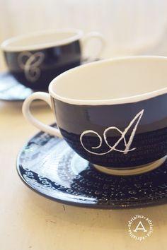 Iniziale sulla tazza e scritta sul piattino fatto a mano