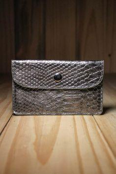 Carteira Flat Skin Prata - Para a mulher que quer estar 100% elegante, a carteira Flat Skin Prata traz a sofisticação para os seus pertences de valo