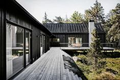 This Summer House in Stockholm Archipelago completed by local firm Kod Arkitekter combines Scandinavian cottage traditions with Japanese minimalism. Scandinavian Cottage, Swedish Cottage, Swedish House, Scandinavian Style, Scandinavian Architecture, Scandinavian Interior Design, Black Architecture, Japanese Architecture, House Architecture