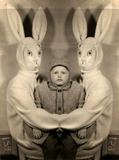 weird easter bunny What is wrong with these parents? Creepy Easter Bunny Pictures - Don't Show These to The Kids Creepy Vintage, Vintage Halloween, Art Zen, Easter Bunny Pictures, Arte Obscura, Creepy Pictures, Weirdest Pictures, Scary Photos, Strange Photos
