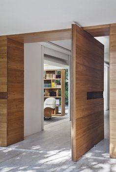 Entrydoor PivotDoor Gorgeous wood pivot entry door. Brise House / Gisele Taranto Arquitetura - http://www.homedecoratings.net/entrydoor-pivotdoor-gorgeous-wood-pivot-entry-door-brise-house-gisele-taranto-arquitetura