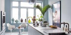 SMART LØSNING: Det avlange kjøkkenet krevde smart innredning, og Tone fikk god hjelp av en kjøkkenplanlegger hos Bulthaup. Den lange kjøkkenøya er funksjonell og estetisk, og rommet blir godt utnyttet med en slik løsning.