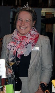 Inzwischen ist sie die neue Badische Weinkönigin 2013-2014: Aurelia Warther. Ein Porträt über sie auf http://weine.inbrd.de/content/badische-weink%C3%B6nigin-2013-2014-aurelia-warther