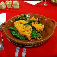 Aqui está o prato principal: empadão de lentilhas com grelos salteados batata doce e broa de milho!