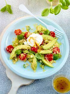 Quinoa-Avocado-Salat mit Kirschtomaten und pochiertem Ei