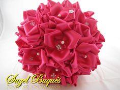 Buquê de Noiva Pink <br> <br>Lindo Buquê produzido com flores super delicadas em Cetim no tom Pink. <br> <br>Detalhes do Buquê: <br> <br>*Pérolas em Todos os Miolos das Rosas. <br>* Florzinhas e Borboletas de strass, espalhadas pelo Buquê. <br>* Tule na base do buquê. <br>* Fitas de cetim envolvendo a haste. <br>* Laço de cetim, com uma delicada fita no Cabo. <br>* Strass no Cabo. <br> <br>Faço outras cores sob Encomenda! <br> <br>Suzel Buquês