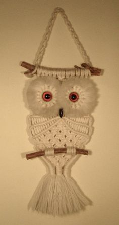Macramé is having a renaissance. This means my beloved Macramé Owl (which sits upon the wall in my kitchen) is not only sent. 34 Things If You Grew Up in the or - There was a macramé owl hung on the wall in almost every home. My mom had tons of Macrame Owl Patterns, Macrame Patterns, Crochet Patterns, Macrame Owl, Macrame Knots, Micro Macramé, Owl Crafts, Macrame Design, Macrame Projects