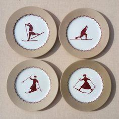 Idéal pour les goûters, les petits-déjeuners, ou les desserts de cet hiver à la montagne ! Ensemble de quatre petites assiettes en porcelaine peintes à la main : le bord des assiettes est peint en beige sable et les personnages centraux ainsi que le filet intérieur en rouge bordeaux. Les