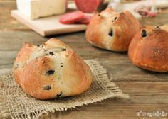 Rolls with Olives and Onions. Rolls with olives and onions (two versions). (in Spanish with translator) Cooking Bread, Bread Baking, Kitchenaid, Comida Latina, Pan Bread, Latin Food, Baking Recipes, Spanish, Olives