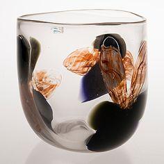 KERTTU NURMINEN - Malja, Sign. Kerttu Nurminen, Nuutajärvi Notsjö. Korkeus 18,5 cm. Glass Design, Design Art, Wine Glass, Glass Art, Color Palettes, Finland, Modern Contemporary, Retro Vintage, Perfume Bottles