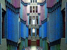 Peter Behrens, Kathedrale des Lichts. Das 1920-24 errichtete Verwaltungsgebäude der Höchst AG in Frankfurt am Main gilt als ein Hauptwerk des Architektur-Expressionismus. Foto © marixverlag