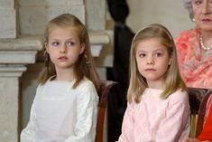Le Roi Juan Carlos a signé mercredi l'acte d'abdication, lors d'une cérémonie en présence de son fils le Prince Felipe.  160 personnes étaient conviées à assister à cet événement