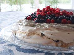 Sisu-pavlova (lakritsi-turkinpippuri-mustikka-vadelma-marenkikakku). Suomi 100-resepti Pavlova, Baking, Desserts, Recipes, Cakes, Food, Tailgate Desserts, Deserts, Bakken