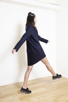 EGGY BLANKET COAT - Oversize wool mattress coat in navy blue color, egg shaped, deep side pockets, intern pocket and tone and tone lining, hidden massive metallic golden zipper - Fabric(s) : 88% wool, 12% cotton
