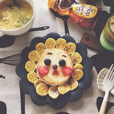 Pancake and banana lion No instructions, but great pic idea. Strawberries for the cheeks; blueberries for the eyes.