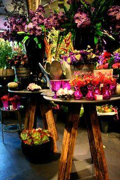 jasmijn bloembinders haarlem - Google zoeken Flower Artists, Showroom Design, Ceiling Design, Display, Table Decorations, Nice, Creative, Furniture, Google Search