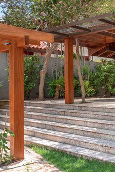 Wood Pergola, Pergola With Roof, Diy Pergola, Outdoor Garden Bar, Garden Yard Ideas, Tropical Backyard, Backyard Landscaping, Japanese Pergola, Design Tradicional