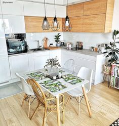 Open-plan living done rightWe love this mix of wood-effect and high-shine cabine. Kitchen Room Design, Boho Kitchen, Kitchen Decor, Space Kitchen, Home Interior, Decor Interior Design, Kitchen Interior, Scandinavian Style Home, Sr1